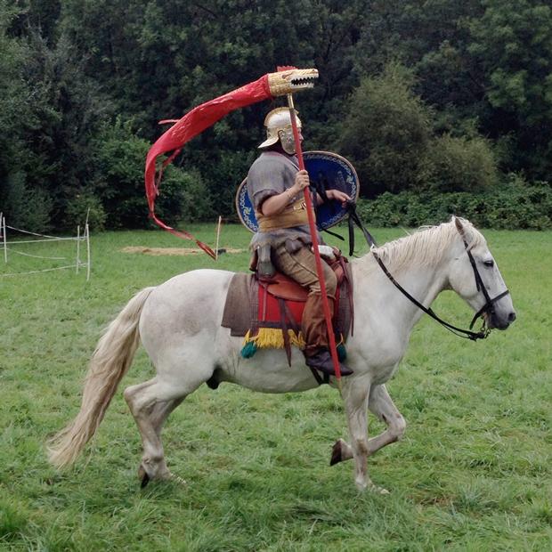 римский всадник с флагштоком драко