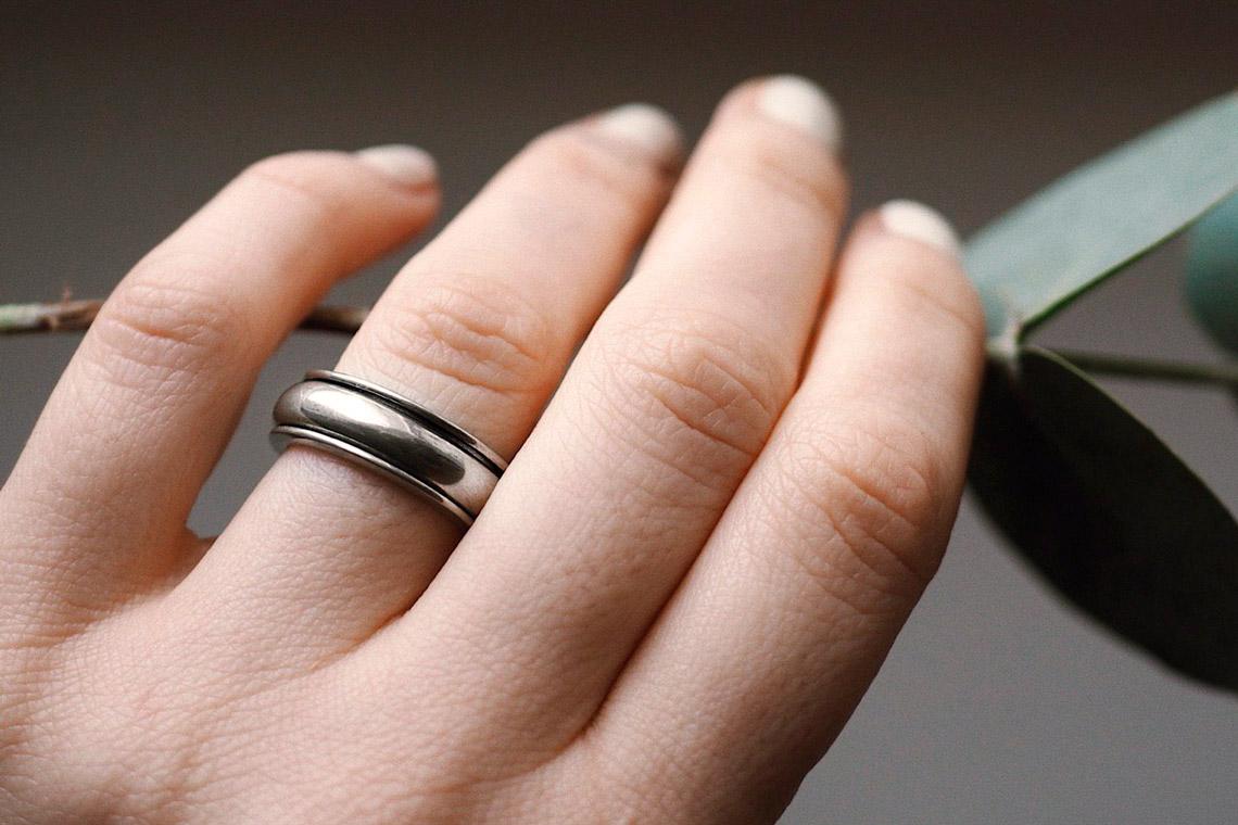 женская рука с оловянным кольцом