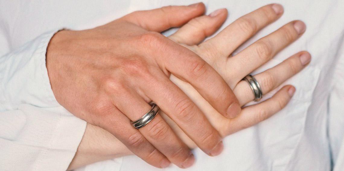 мужская и женская рука с кольцами или олова крупным планом