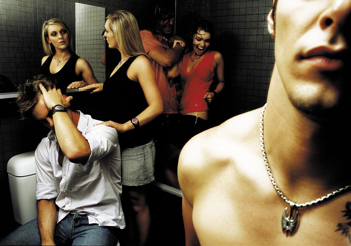парни и девушки в туалете, крупный план кулона