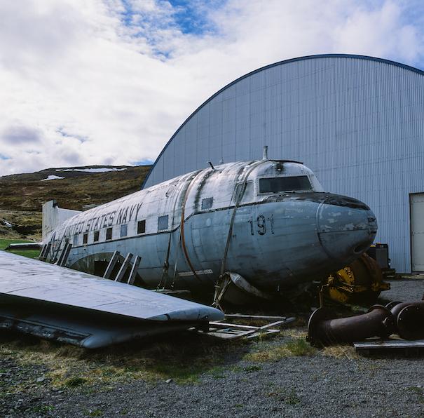 проржавевший самолет у амбара в Исландии