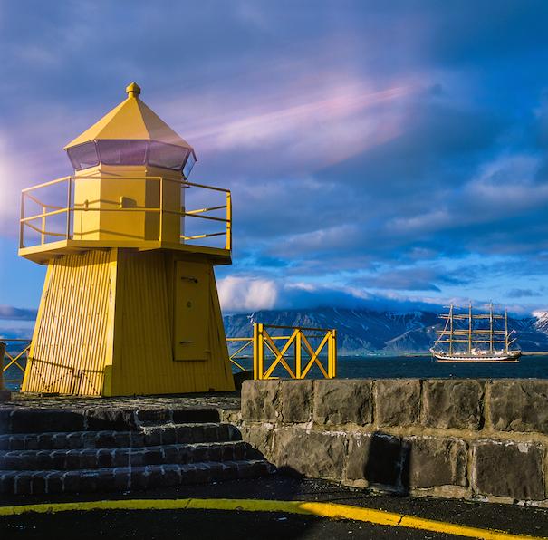 маяк желтого цвета в исландии, парусный фрегат.